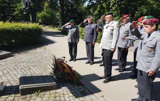 Delegacja przy grobie