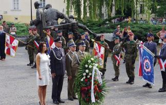 Delegacja LOK składa wieniec pod pomnikiem Powstania Warszawskiego